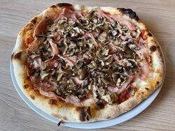 La REGINA, base au choix tomate ou crème, mozzarella fior di latte, jambon blanc, champignons et olives.