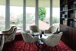 Зал библиотеки уютно приветствует вас в отеле Аркадиевский.