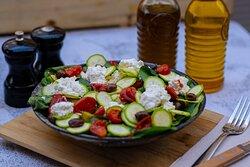 La salade Genovese: Pousses d'épinards, courgettes, olives taggiasche, tomates sechées, ricotta di bufala D.O.P. , basilic vert bio