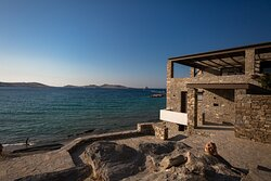 Located in a unique spot in Paros, the Deck bar restaurant overlooks the picturesque gulf of Naoussa