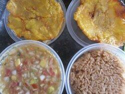 Ensalada, arroz con coco y patacón pisado dulce  Salad, coconut rice, sweet fried plantain