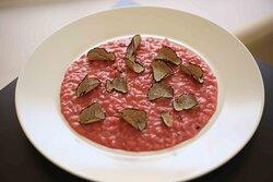 Risotto acquerello con barbabietola rossa, tartufo e fonduta di parmigiana.