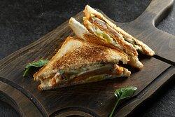 Клаб-сэндвич с цыпленком-гриль, сыром чеддер, яйцом и пикантным соусом