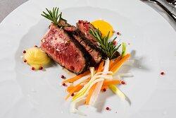 Il pesce e la carne alla brace sprigionano profumi e sapori intensi, richiamano l'estate e le serate in compagnia.
