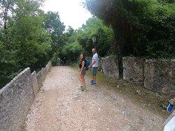 viottolo che conduce all'ingresso del Parco delimitato dalle onnipresenti lastre di pietra