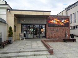 Wejście do Centrum Dziedzictwa Szkła od strony Rynku .Po prawej stronie od wejścia znajduje się pomnik Marszałka Piłsudskiego [ tu niewidoczny }.