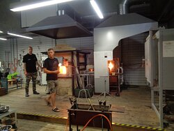 """Produkcja szkła zaczyna się od wytopu szkła w odpowiednich piecach . Dzieje się to wszystko """"na żywo"""" ."""