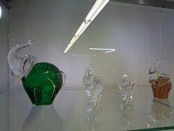 W gablotach na ternie centrum można oglądać wybrane przykłady produkowanych szklanych cudów . Oczywiście wpadły mi w oko szklane słonie .