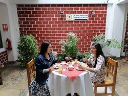 Foto de nuestros clientes tomando desayuno en el comedor