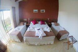 Departamento por dentro habitación independiente con cama matrimonial y camas individuales
