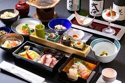 【夕食】スタンダードプラン食事一例。熊本・阿蘇の大地が育む数えきれないほどの食材の中から、日々、料理長が厳選したものを、ひと皿一皿、丁寧に調理させていただいています。