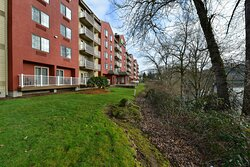 All rooms overlook the Clackamas River