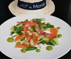 Le Saumon En gravlax, mousseline de petits pois à la coriandre, petits légumes verts, avruga MSC et fromage frais