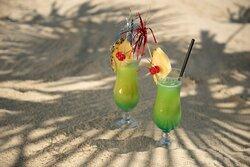 Cocktails am Sandstrand genießen