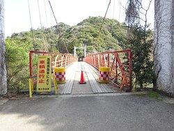 赤い吊橋。渡ることはできるました。