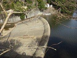 自然越流式の洪水吐を見つけることができましたが、ダムに近づくことができず遠くから眺めるだけでした。