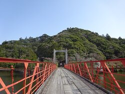ダム湖に掛かる赤い吊橋