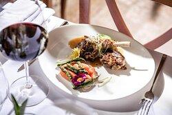 Ristorante La Boiola - Costine di agnello in farcia tartufata con purea di patate all'aglio, estratto di carote e punte di asparagi