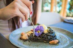 Il nero di seppia abbraccia gli spaghetti
