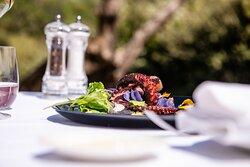 Ristorante La Boiola - Polpo cotto a bassa temperatura con crema di fave, insalatina viola, fichi secchi, ravanelli e fiocchi di patate violette