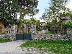 Il cancello d'ingresso (chiuso) al complesso conventuale