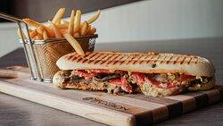 PANINI AU PASTRAMI Pastrami maison, poivrons rouges rôtis, tomates, fromage suisse et mayo maiso