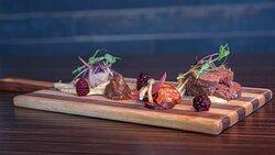 PLANCHETTE DE CHARCUTERIES Recettes maison: cretons au sanglier, saucisson, pickles maison, confit d'oignons ainsi qu'un saucisson sec issu d'un producteur local