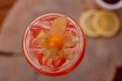 Gen Gin's um drink feito com Gin, geléia de morango e xarope de gengibre.
