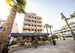 Fachada  Hotel Casablanca.  Terraza amplia Restaurante Emiliano.