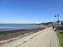 La Promenade d'un kilomètre longe la plage de Sainte-Luce-sur-Mer.