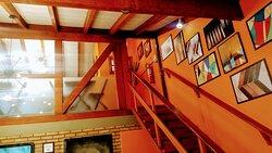 Vista da escada e mezanino.