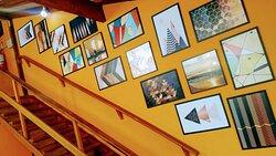 Galeria de quadros na escada