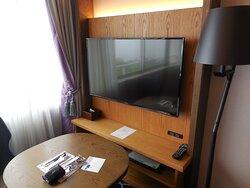 部屋のテレビと円卓。