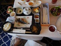 部屋食の和定食。あじのひらきはとても美味しかった。