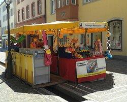 Am Münsterplatz kann man die Boote für die Bächle kaufen