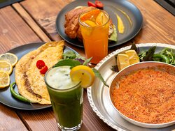 Breakfast at Boghcheh with different omelets