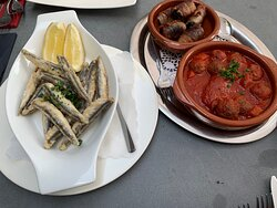 Fleischbällchen in Tomatensauce, Feigen im Speckmantel, frittierte Sardellen