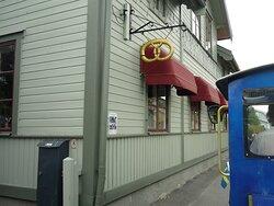 Blå tåget passerar restaurangen Tre små rum i Trosa