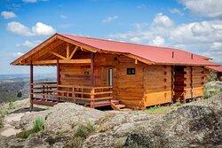 una de nuestras suites, con su galería con vistas a 180 grados de las sierras