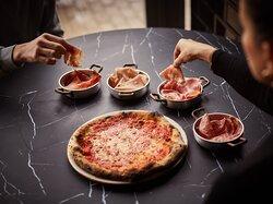 En ditaly eliges la base por un lado y los ingredientes por otro para que cada slice sea diferente