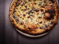Los bordes gruesos y moteados son los que delatan a una pizza napolitana