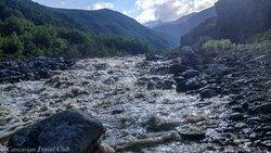 Горная река, берущая свое начало от ледников горы Казбег