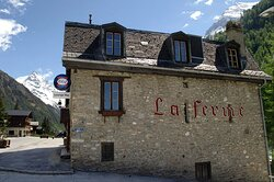 Local cuisine, raclette, fondue and international cuisine with touches of local flavors.