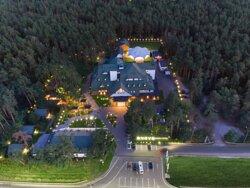 Onovo Dendra Hotel – це унікальний готель в Києві. У першому ДЕНДРА готелі в Україні можна запросто зняти номер з видом на справжній ліс. Шукаєте, де зупинитись недалеко від аеропорту Бориспіль? Наш готель знаходиться всього в 15 хвилинах їзди від нього, а також надає трансфер в аеропорт. У нашому готелі ви можете зняти номер будь-якої категорії, люкс, напівлюкс, двоспальний, з двома ліжками або одномісний.