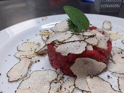 Battuta al coltello di wagyu con parmigiano di bruna alpina riserva oltre 40 mesi e scaglie di tartufo nero