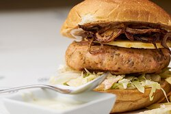 Hamburger di Salmone con cipolle croccanti