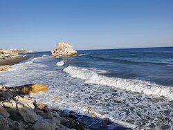La playa por la tarde con el mar Mediterráneo un poco movido.