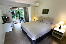 Deluxe Room. Enjoy views of Mosby Creek in one of our Deluxe Rooms. Each room can be configured to either twin or queen bedding, and includes air conditioning, en-suite bathroom and Foxtel.