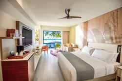 Oceanfront Junior Suite Swim Up King Room