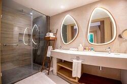 Oceanfront Junior Suite Swim Up King Bathroom